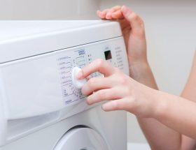 Mujer utilizando una lavadora